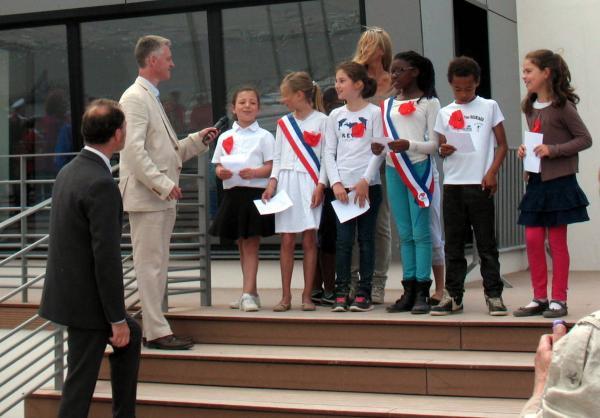 Les enfants de l'école de Préfailles chantent  Will meet again